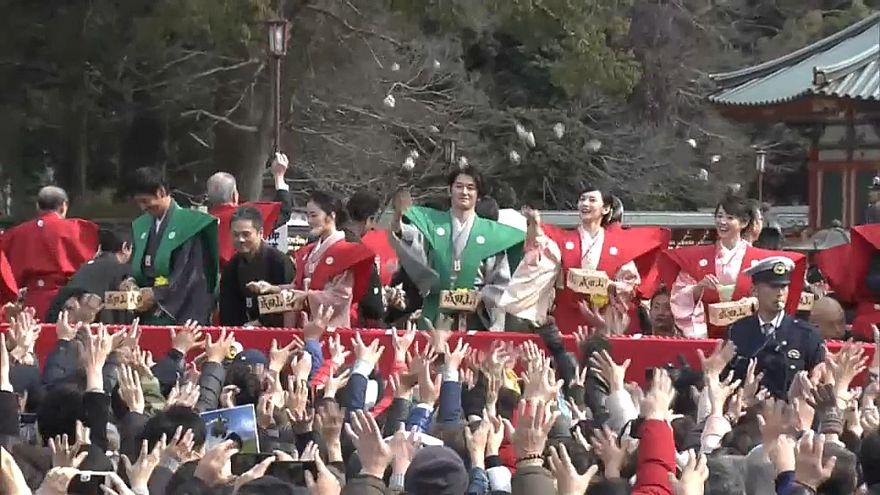 شاهد: مهرجان نثر البقول في اليابان احتفالا بانتهاء فصل الشتاء