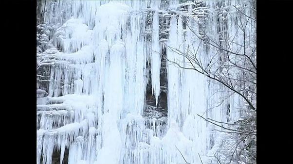 Çin'de buz tutan şelale turistlerin ilgi odağı oldu