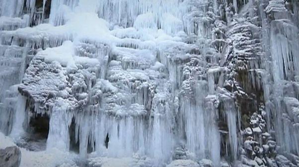 آبشار یخ زدۀ چین گردشگران را مجذوب خود کرد
