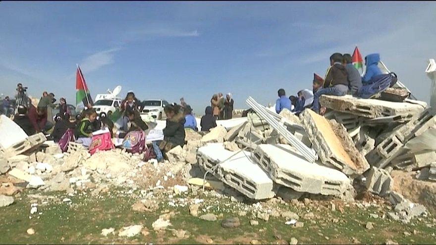 شاهد: أطفال فلسطينيون يجلسون على أنقاض مدرستهم بعد أن هدمتها السلطات الإسرائيلية