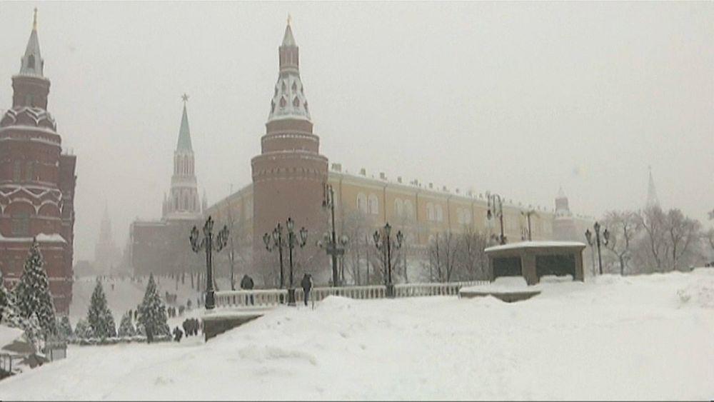 شاهد: الثلوج تغطي موسكو وتتسبب في مقتل شخص وشلل مروري   Euronews