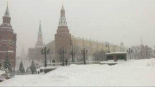 شاهد: الثلوج تغطي موسكو وتتسبب في مقتل شخص وشلل مروري