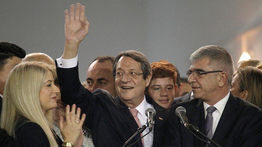 Nicos Anastasiades acena à multidão após a reeleição