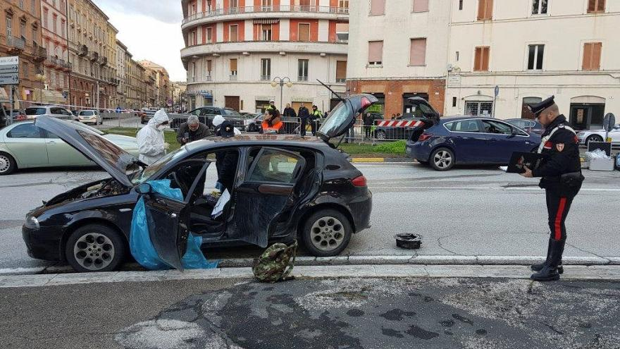 Macerata: un video mostra Traini fermare l'auto e sparare