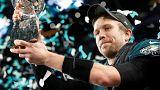 Nick Foles levanta el trofeo tras la victoria de los Eagles