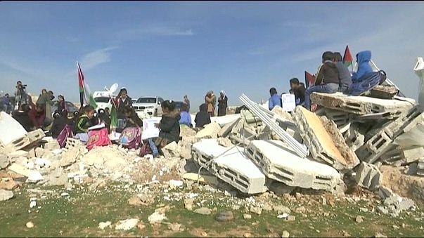 İsrail Batı Şeria'da bulunan Filistinlilere ait bölgedeki tek okulu yeniden yıktı