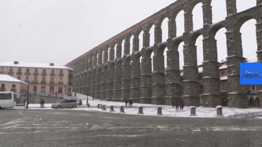 La nieve cubre el acueducto romano de Segovia