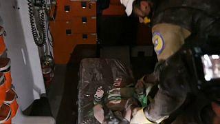 اخراج طفل من تحت الأنقاض خلال قصف محافظة إدلب