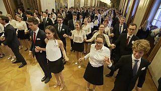 """""""Eins, zwei, drei"""": Blumenregen beim Wiener Opernball"""
