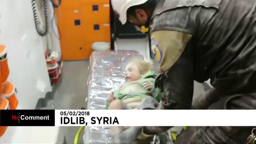 Rescate de un bebé en Idleb