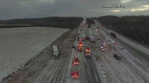 تصادف مرگبار ۳۰ خودرو در برف و بوران میسوری
