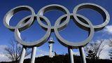 A phjongcshangi Alpensia Síugró Központ, előtérben az olimpiai ötkarika