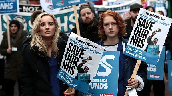 A brit egészségügyi szolgálat mellett tüntetők Londonban 2018.02.03-án.