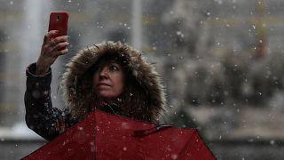 Cai neve em Madrid e Paris