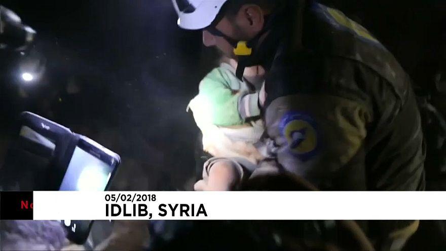 Újabb kisgyereket mentettek ki a romok alól Szíriában