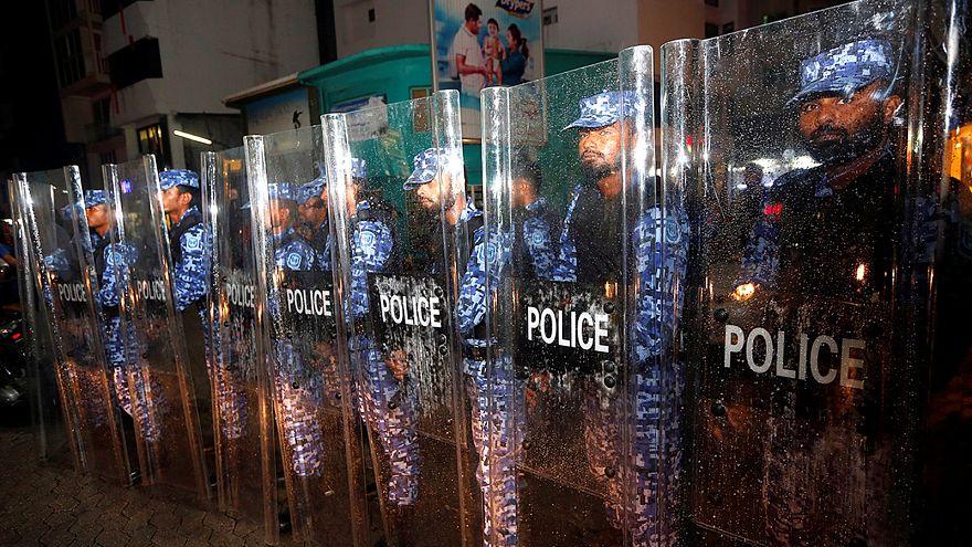 Polizisten bewachen eine Hauptstraße in der Hauptstadt Malé