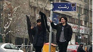 نصف الإيرانيين يعارضون الحجاب الإجباري