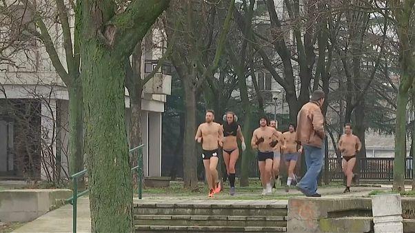 Unterwäsche-Rennen: Serbische Läufer zeigen (fast) alles