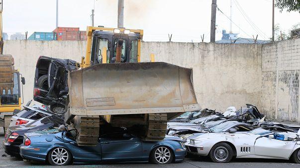 رئيس الفلبين يشرف على تحطيم سيارات فاخرة مهربة