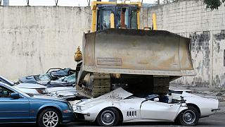 در حضور رئیس جمهوری فیلیپین ۲۰ خودروی لوکس قاچاق نابود شد