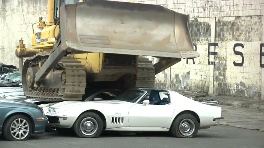 رئيس الفليبن يأمر بتحطيم عشرات السيارات الفاخرة