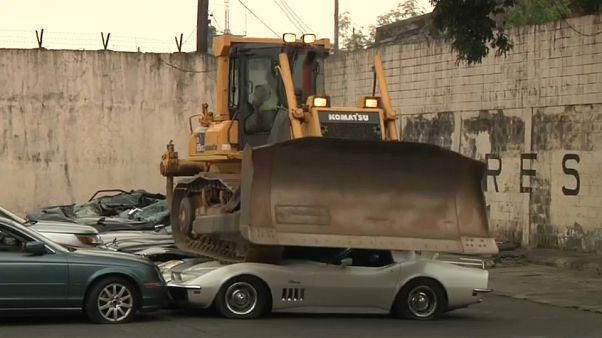 شاهد: تدمير عشرات السيارات الفاخرة في ثلاث دقائق وبحضور رئيس الفلبين!