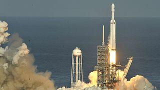 پرتاب موفقیتآمیز موشک «فالکون سنگین» بههمراه خودروی «روستر» شرکت تسلا