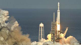"""Rakete """"Falcon Heavy"""" hebt erfolgreich zu Jungfernflug ab"""
