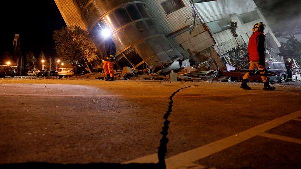 Nach Erdbeben in Taiwan: Retter durchsuchen Trümmer