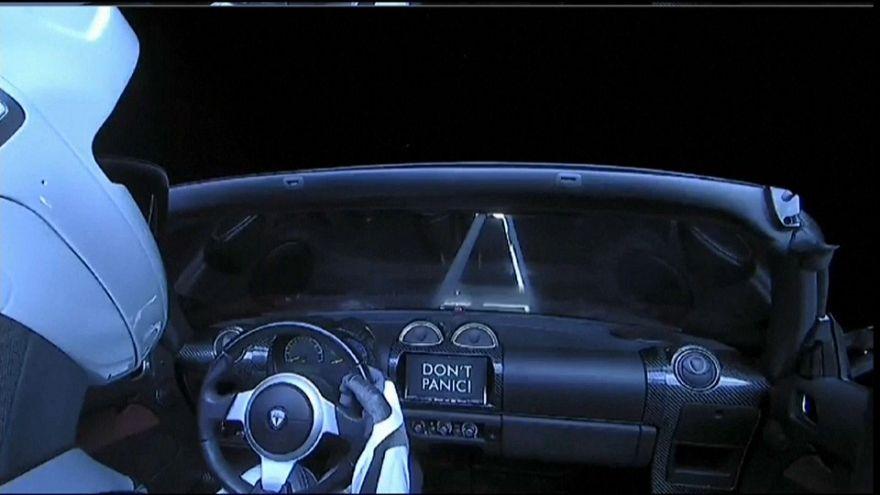 Space X : la fusée la plus puissante du monde envoie une voiture dans l'espace!
