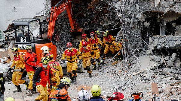 Equipos de rescate trabajan en un hotel en Hualien