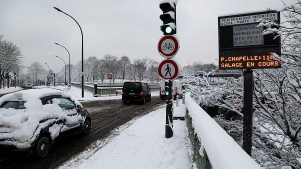 Παρίσι: Έντονες χιονοπτώσεις παρέλυσαν την κυκλοφορία