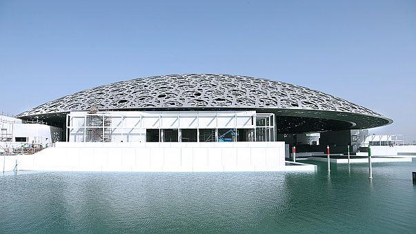 """""""لوفر"""" باريس يعتذر ويفتح تحقيقا بشأن إغفال قطر من خريطة بمتحف أبوظبي"""