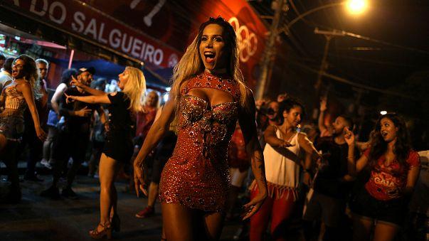 Transgénero é musa de escola de samba