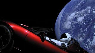 شاهد: السيارة تسلا رودستار الحمراء تسبح في الفضاء
