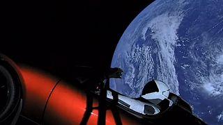 Un manichino vestito da astronauta a bordo di una Tesla, nello Spazio