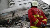 Tűzoltók a február 6-i földrengésben összedőlt egyik épületnél Hualienben