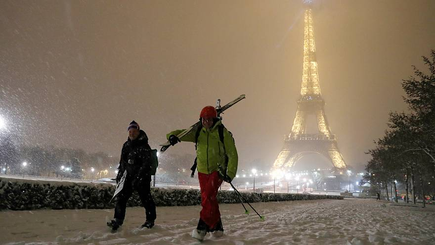 Les jardins enneigés du Sacré-Cœur transformés en piste de ski improvisée