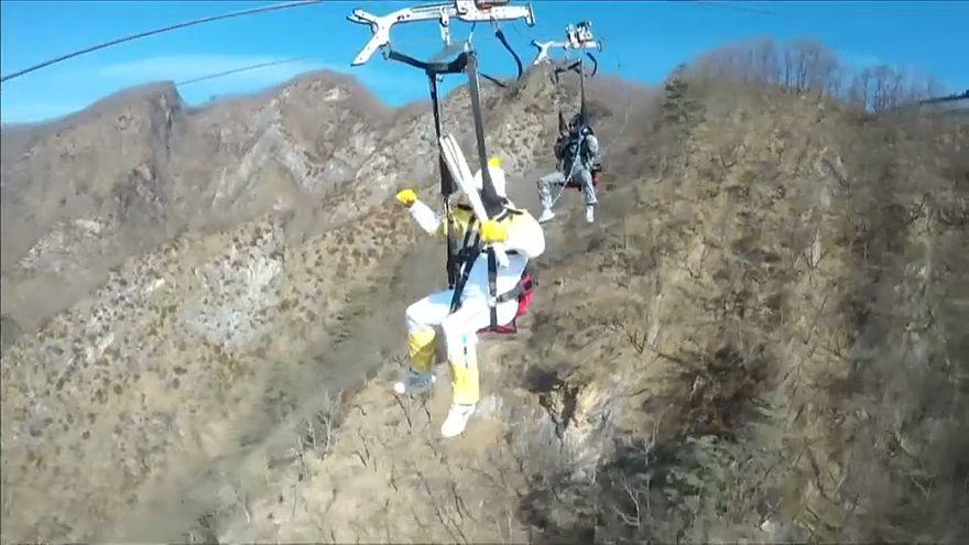 شاهد: الشعلة الأولمبية تصل مدينة جيونسيون الكورية الجنوبية عبر الإنزلاق على الحبال