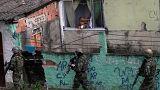 Soldaten marschieren in der Favela Cidade de Deus (Rio de Janeiro).