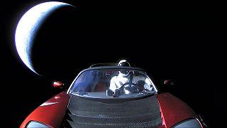 """Στο διάστημα ένα """"κόκκινο αυτοκίνητο"""" με οδηγό"""