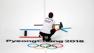 Curling-Athlet Aleksandr Krushelnitckii auf dem Eis in Pyeongchang.