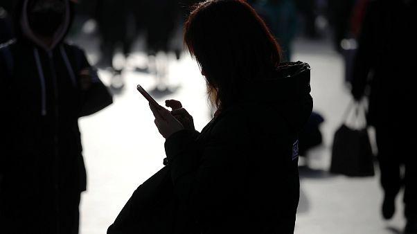مشغل هاتف يحذر المستخدمين من اتصالات الاحتيال