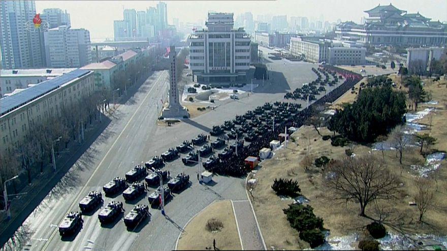 عرض عسكري في كوريا الشمالية مع افتتاح الألعاب الأولمبية في الجنوبية