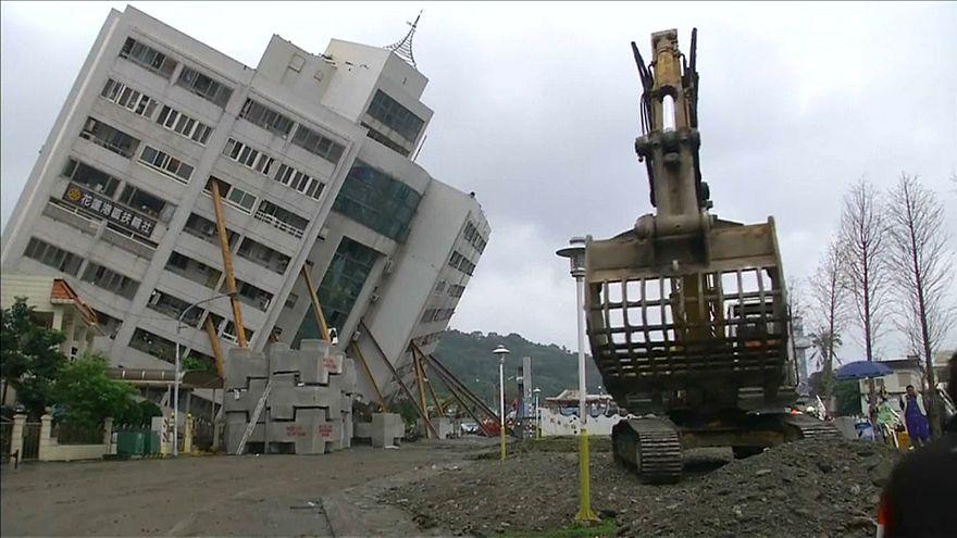 Tayvan kaybolan depremzedeleri arıyor