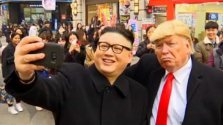 Трамп и Ким обнимаются в Сеуле