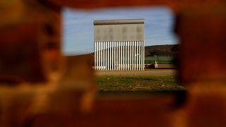 Ein Teil eines Mauerprototyps an der US-mexikanischen Grenze.