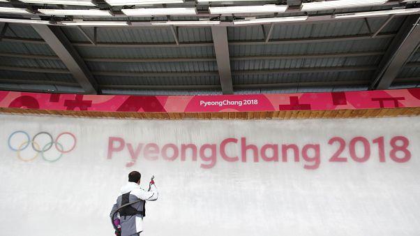 Ein Arbeiter vor einer Eiswand in Pyeongchang.