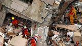 Bergungsarbeiter in einem eingestürzten Gebäude in Taiwan.