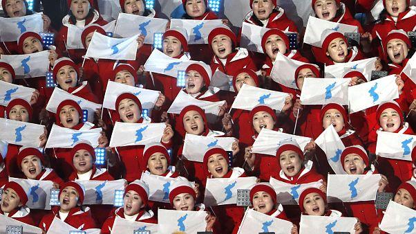 Cheerleader singen bei der Eröffnungsfeier der Winterspiele 2018